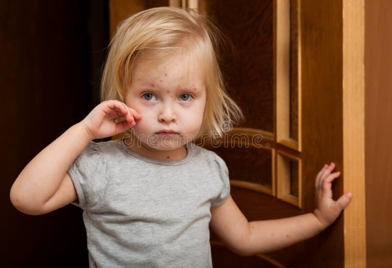 Een ziek meisje is dichtbij de deur royalty-vrije stock fotografie