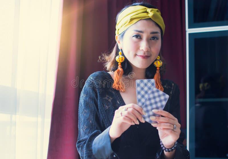 Een zigeuner of een Boheemse vrouw houden tarotkaarten in Bangkok, Thailand stock foto