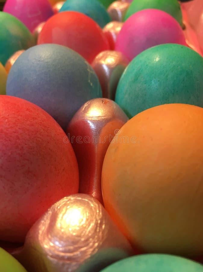 Een zijaanzicht van dozijn colorfully geverfte paaseieren royalty-vrije stock foto