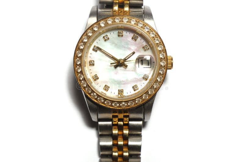 Een zilveren dameshorloge met een rond horlogegezicht en diamanten op de rand stock fotografie