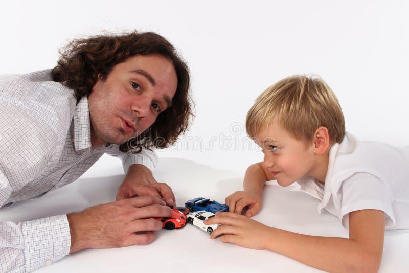 Een zoet familieogenblik van een vader en een leuke zoon stock afbeeldingen