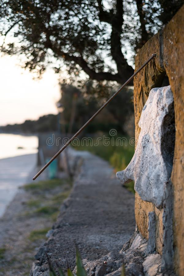 Een zonnewijzer uit steen tijdens zonsondergang stock foto's