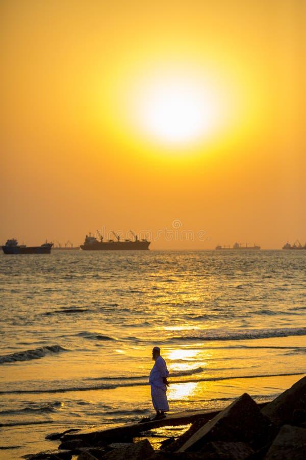 In een zonnige avond op een populaire toeristenvlek Patenga, Chitagong, Bangladesh stock foto