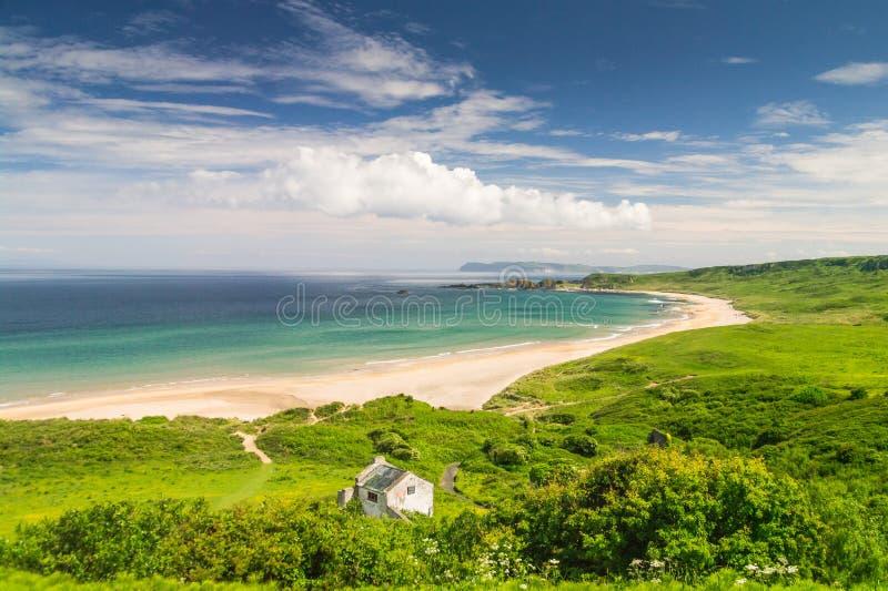 Een zonnige dag bij Witte Parkbaai op de kust Noord- van Antrim in Noord-Ierland stock afbeelding