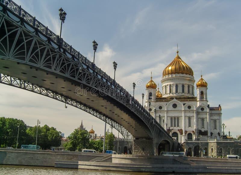 Een zonnige mening van de tempel van Christus de Verlosser en de Patriarchale Brug in Moskou stock foto