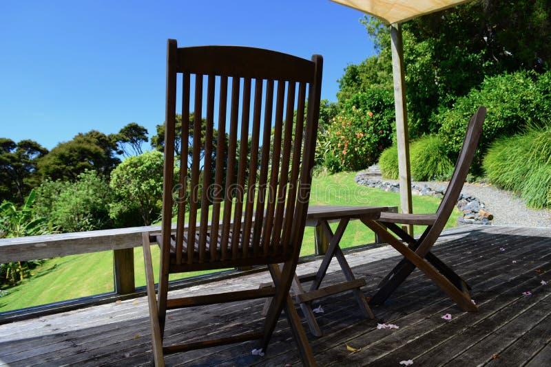 Een zonnige veranda die vreedzaam landelijk landschap overzien; perfecte afgezonderde vakantieplaats royalty-vrije stock afbeeldingen