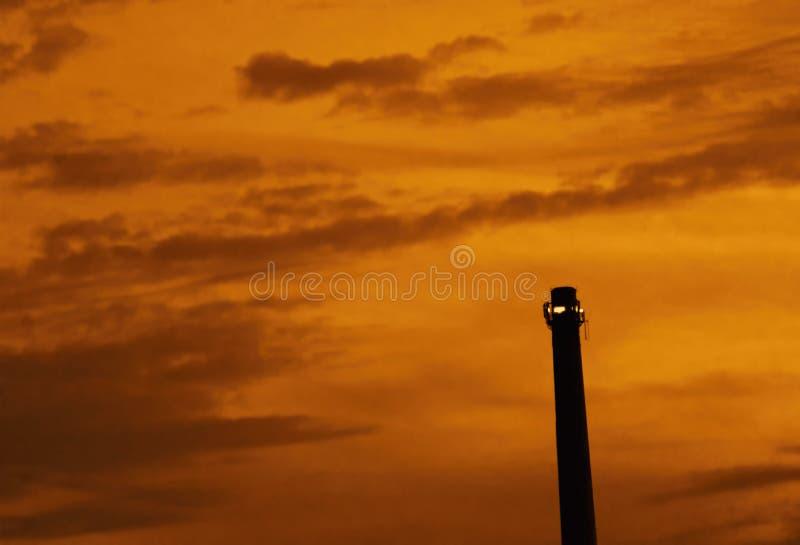 Een zonsondergang boven een schoorsteen royalty-vrije stock fotografie