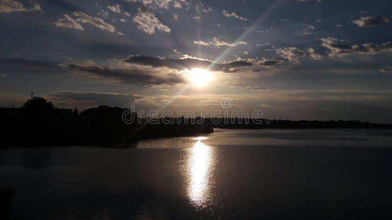 Een zonsondergang en heldere stralen royalty-vrije stock afbeelding