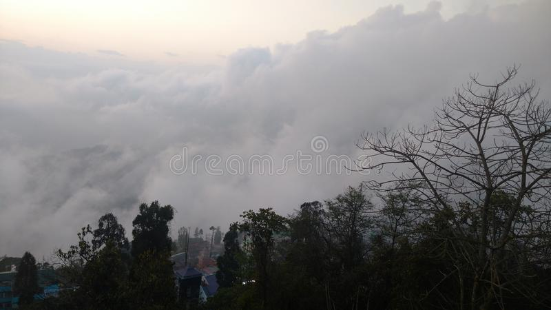 Een zonsondergang met wolken wordt behandeld die royalty-vrije stock afbeeldingen