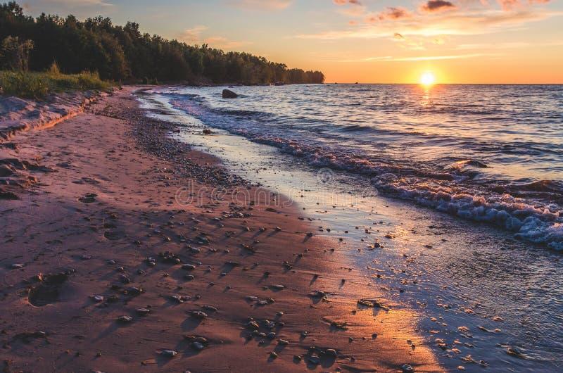 Een zonsondergang op een strand royalty-vrije stock afbeelding