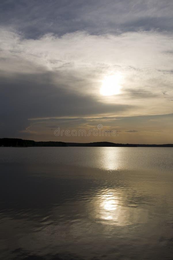 Een zonsondergang over het meer in de Herfst stock foto's
