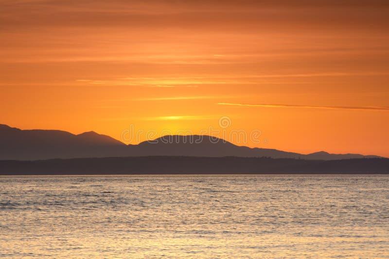 Een zonsondergang schoot bij het Gouden Tuinenpark in Seattle, Washington stock foto's