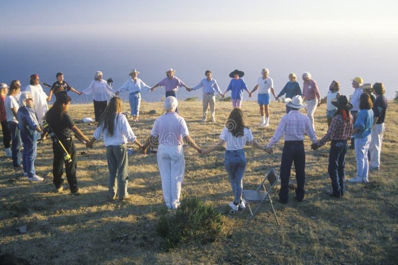 Een zonsondergangceremonie voor een aarde nieuwe leeftijd die zich in Grote Sur Californië verzamelen stock fotografie