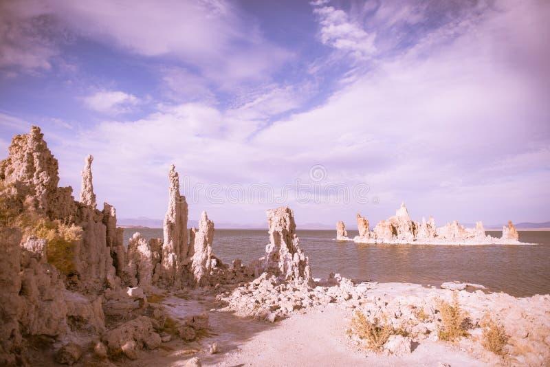 Een zoute rots vormde eiland in Monomeer stock foto's