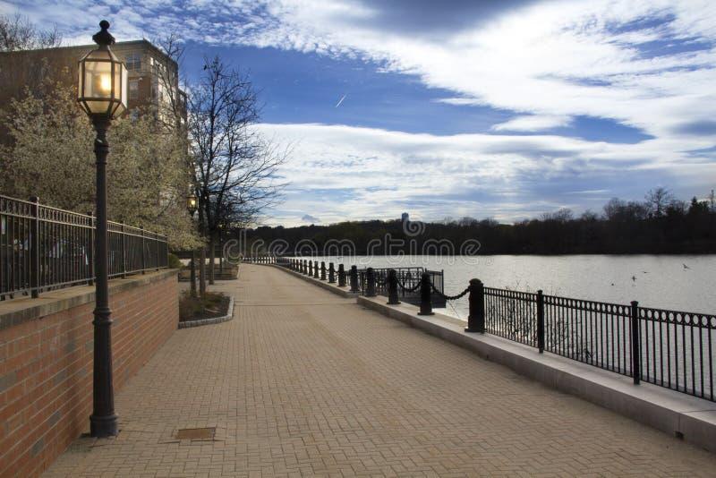 Een zuidendeel van de Riverwalk-Sleep in Waltham, Massachusetts stock afbeelding