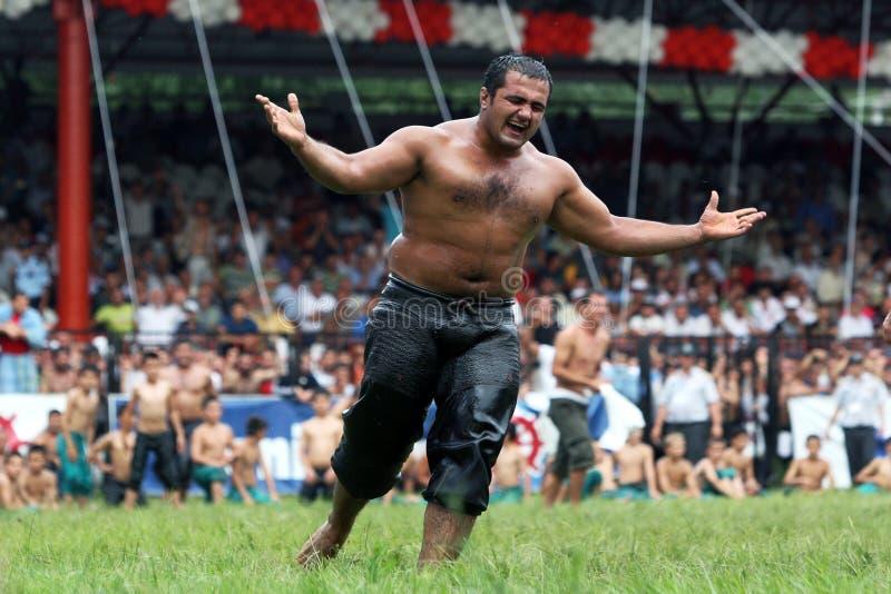 Een zwaargewicht worstelaar viert overwinning tijdens de concurrentie bij het de Olie van Kirkpinar Turkse het Worstelen Festival stock foto's