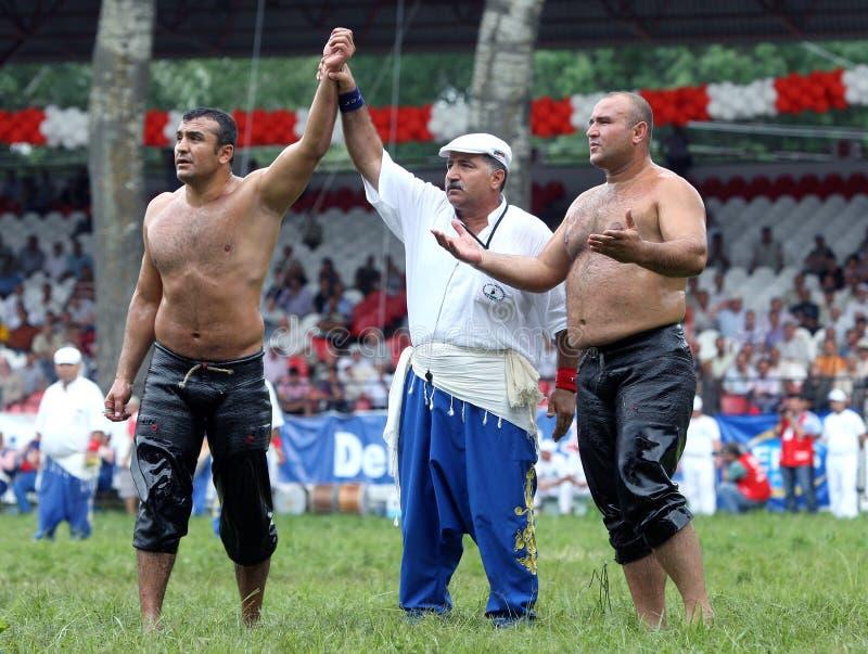 Een zwaargewicht worstelaar wordt toegekend overwinning bij het de Olie van Kirkpinar Turkse het Worstelen Festival in Edirne in  stock afbeeldingen