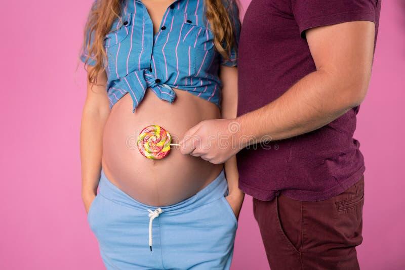 Een zwanger meisje en een kerel royalty-vrije stock fotografie
