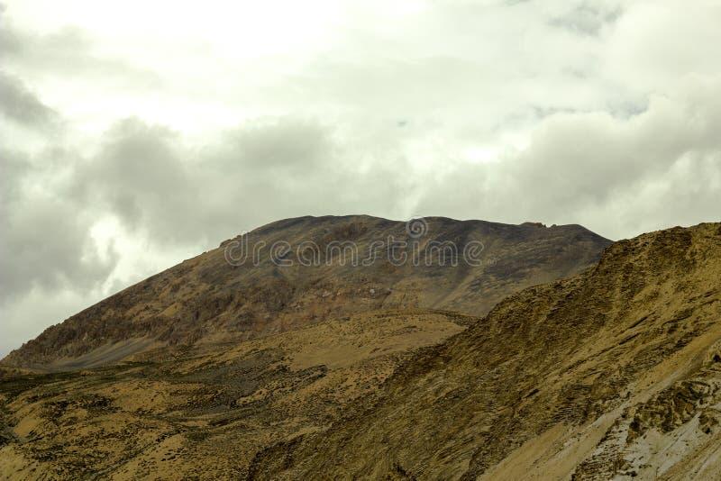 Een zware hemel in de bergen van het woestijnzand royalty-vrije stock foto's