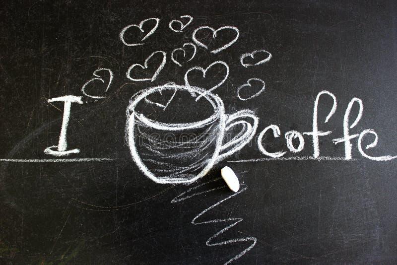 Een zwart bord dat I-liefdekoffie zegt Meloen geschilderde koffiekop, hart De inschrijving voor een een koffiewinkel of koffie stock afbeelding