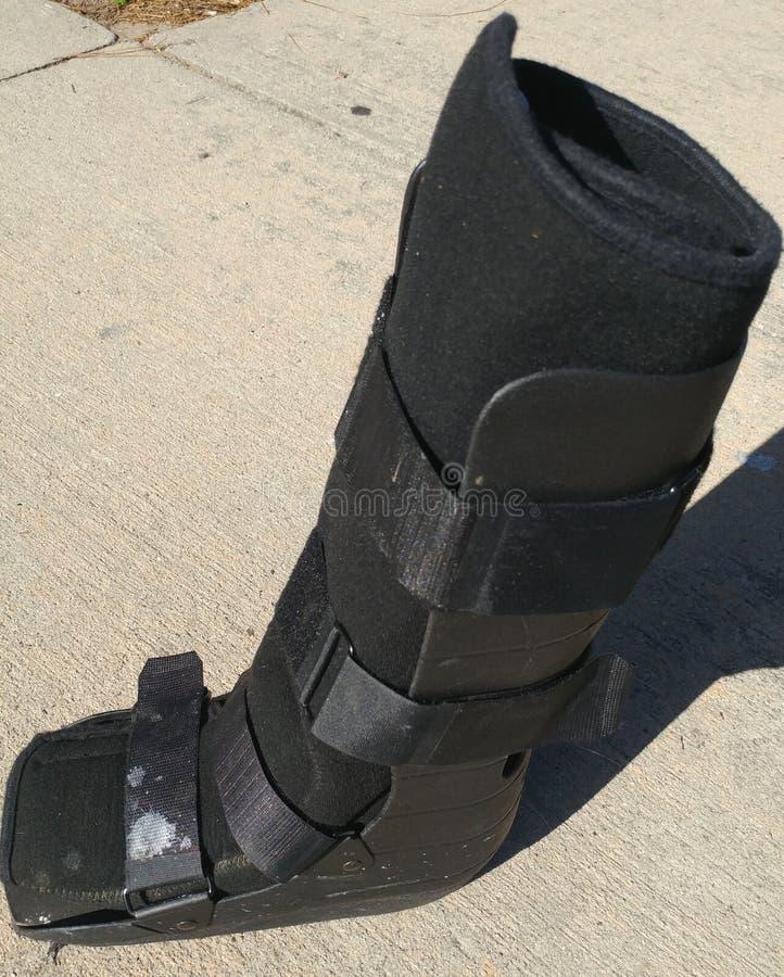 Een zwart Orthopedisch of medisch gegoten laars, of een schoeisel stock afbeeldingen