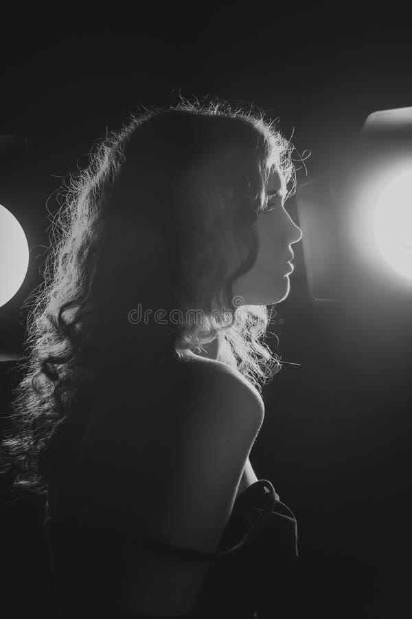 Een zwart-wit beeld van een mooie jonge vrouw. Film noir stijl. Gefiltreerd stock foto's
