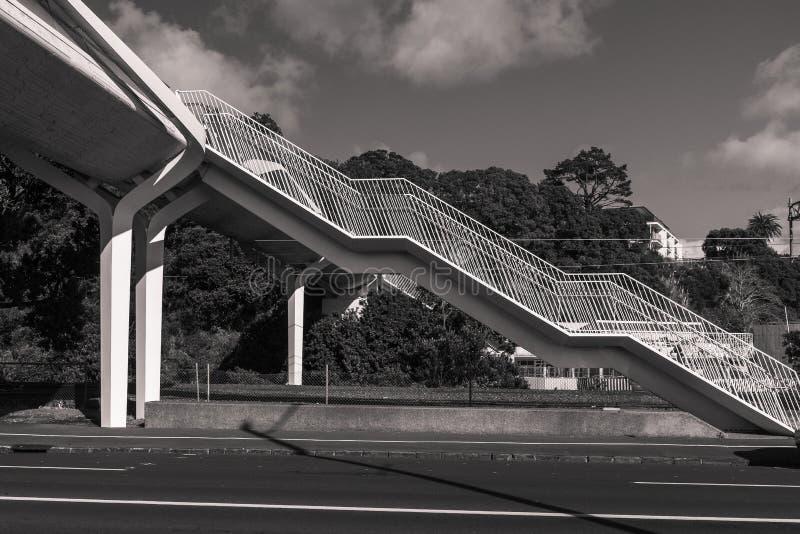 Een zwart-witte foto van een nieuwe brug over de tamakiaandrijving in Auckland royalty-vrije stock foto's
