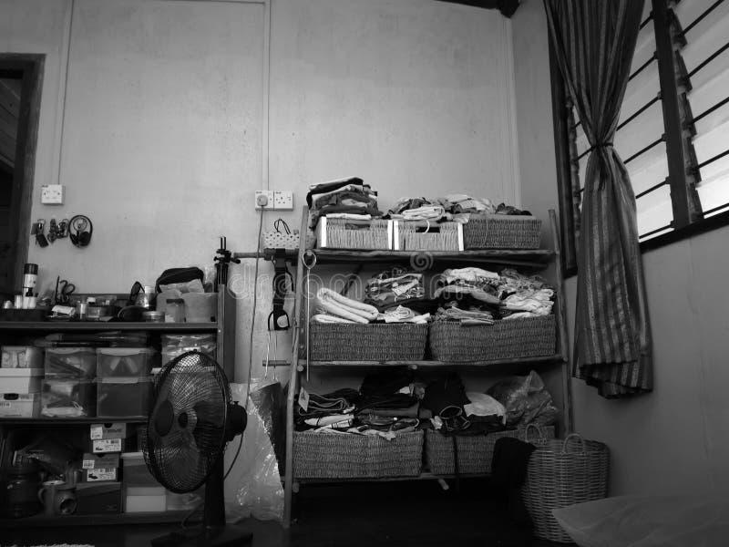 Een zwart-witte foto van een uiterst kleine eigengemaakte kleine kast stock afbeelding