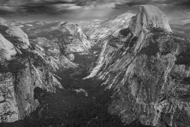 Een zwart-witte mening van de majestueuze Halve Koepel en de vallei hieronder vanuit een gezichtspunt op de de Stijgingsproef van stock afbeelding