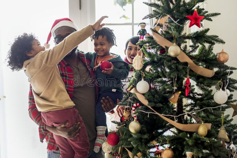 Een zwarte familie die Kerstmis van vakantie genieten royalty-vrije stock foto's
