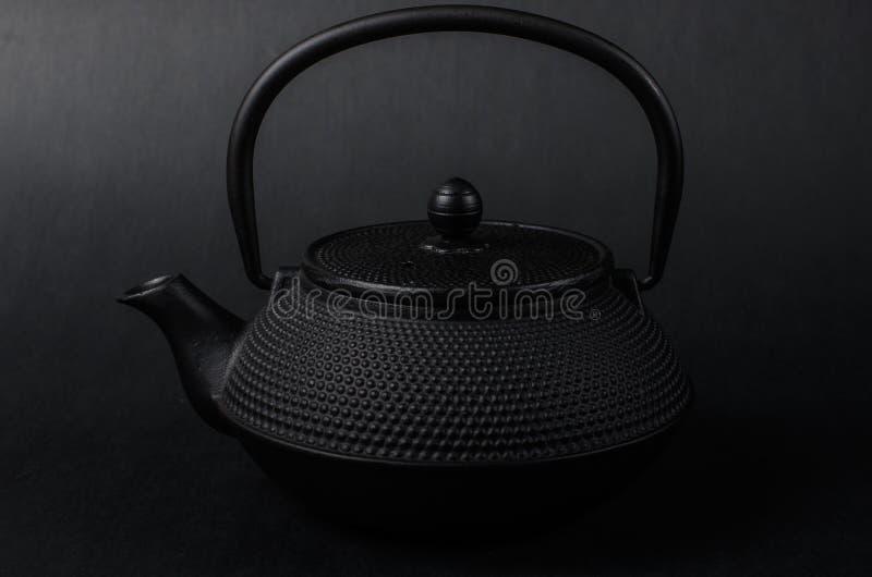 Een zwarte gietijzertheepot stock afbeelding