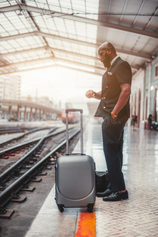 Een zwarte kerel met een zak op een platform stock foto