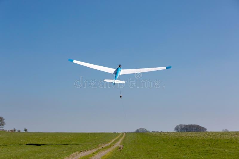Een zweefvliegtuig stijgt in een duidelijke blauwe hemel op royalty-vrije stock afbeeldingen