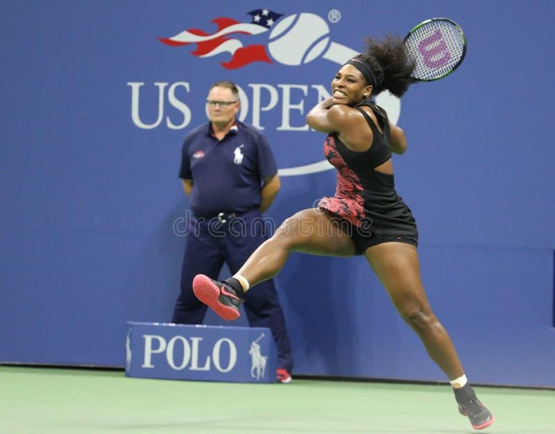 Eenentwintig keer Grote Slagkampioen Serena Williams in actie tijdens haar kwartfinalegelijke tegen Venus Williams bij de V.S. Op royalty-vrije stock fotografie
