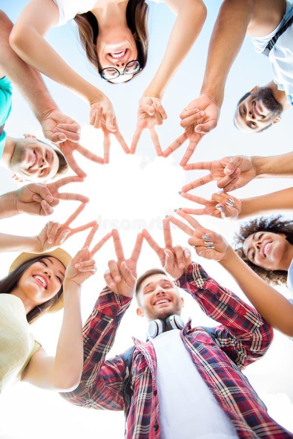Eenheid en verbinding van mensen Topview van multi etnische studenten stock foto's