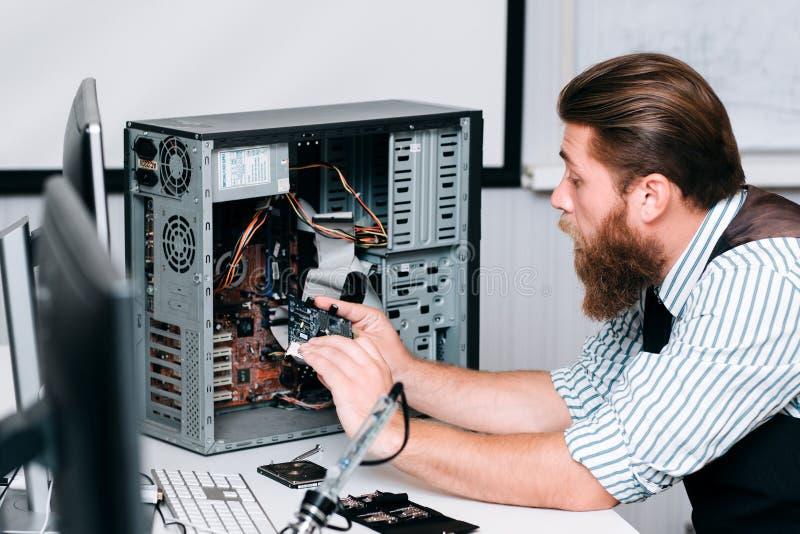 Eenheid van de hersteller de demonterende computer voor reparatie stock fotografie