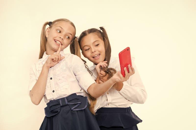 Eenvormige meisjes de school neemt selfie smartphone Het stellen om perfecte foto te nemen Meisjesachtige vrije tijd De meisjes w stock foto's