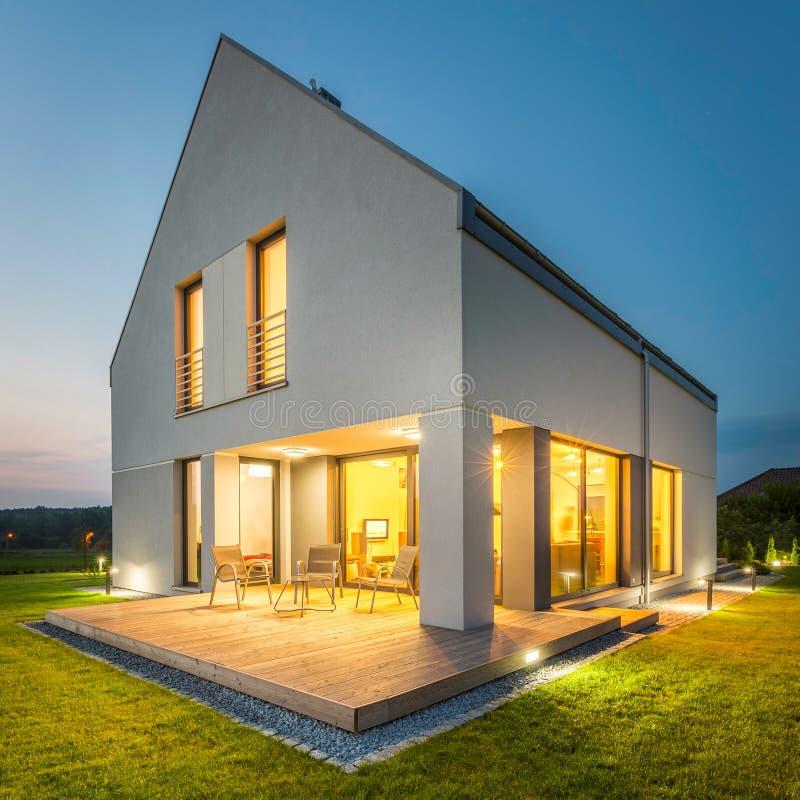 Eenvoudig en modieus huis royalty-vrije stock afbeelding