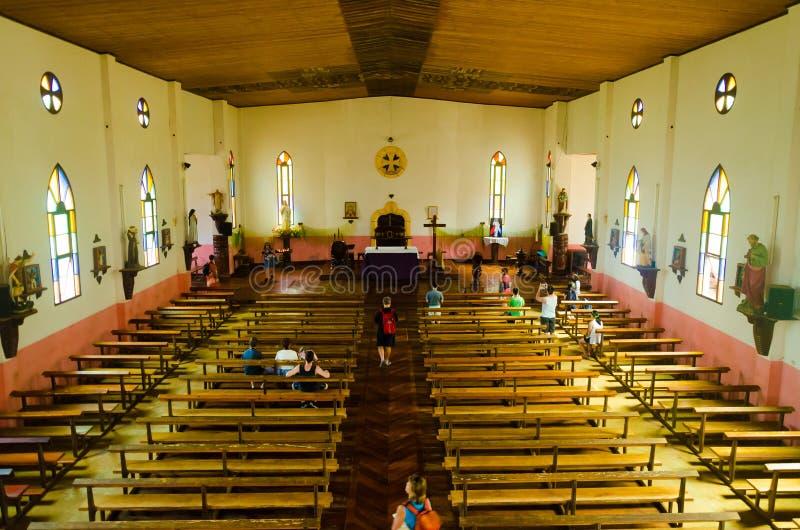 Eenvoudig houten binnenland van Katholieke Kerk in Zuid-Pacifisch Eiland royalty-vrije stock afbeeldingen