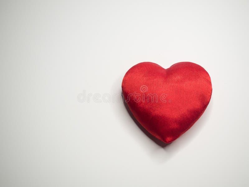 Eenvoudig klassiek rood zijde met de hand gemaakt hart op witte achtergrond royalty-vrije stock afbeeldingen