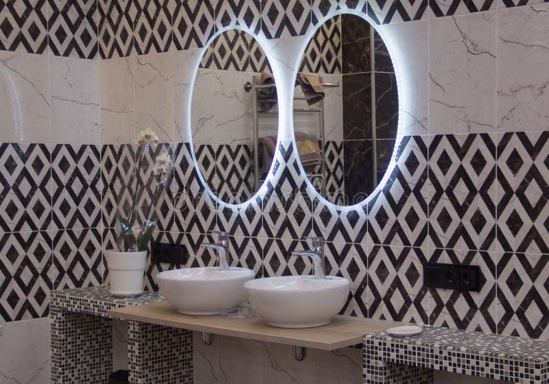 Eenvoudig maar schoon openbaar toilet, rij van gootstenen en spiegels royalty-vrije stock afbeelding