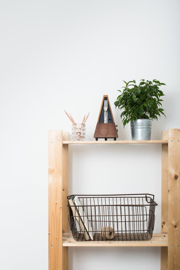 Eenvoudig minimalistisch meubilair, houten plank royalty-vrije stock fotografie