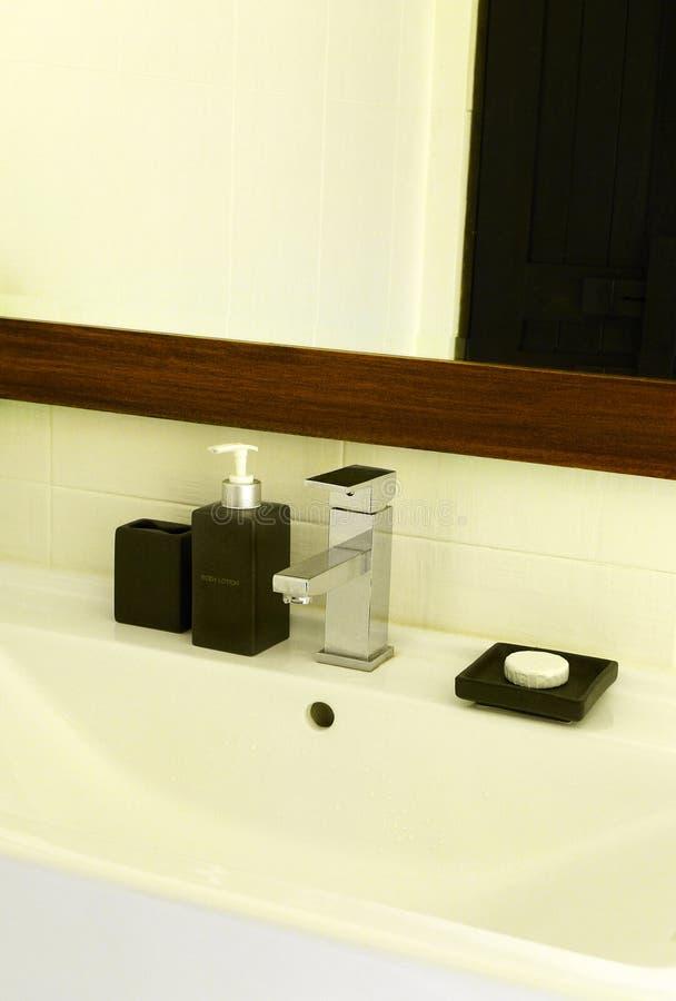 Eenvoudig modern elegant wasbassin stock foto's