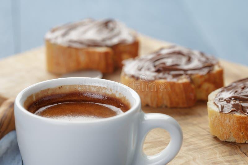 Eenvoudig ontbijt met kop van espresso en baguette royalty-vrije stock fotografie