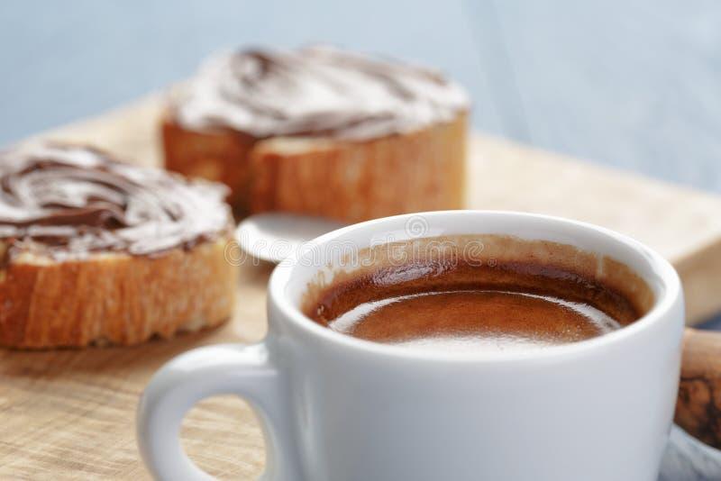 Eenvoudig ontbijt met kop van espresso en baguette royalty-vrije stock afbeelding