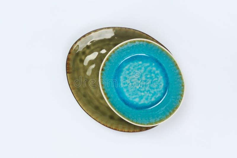 Eenvoudig rustiek met de hand gemaakt blauw aardewerk op een witte achtergrond royalty-vrije stock afbeeldingen