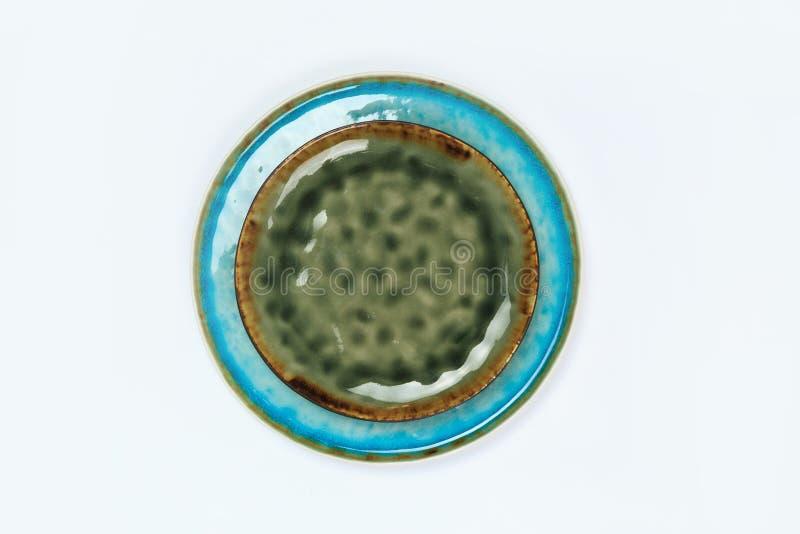Eenvoudig rustiek met de hand gemaakt blauw aardewerk op een witte achtergrond stock afbeeldingen