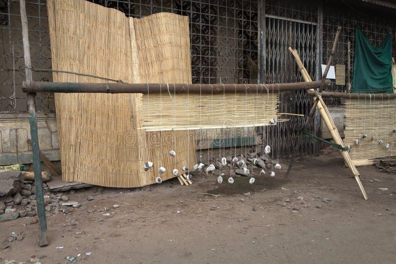 Eenvoudig weefgetouw om matten in een straat in Madurai te maken stock afbeeldingen