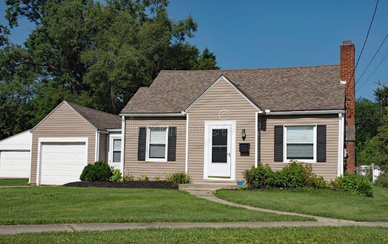 Eenvoudig Weinig Huis met Zwarte Blinden stock afbeelding