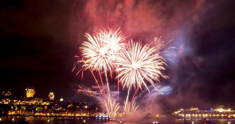 Eenvoudig wit en rood vuurwerk | De Stad van Quebec royalty-vrije stock afbeelding